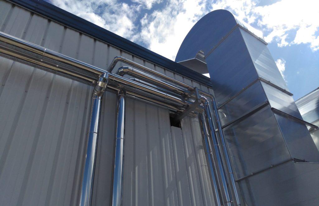 parte de la instalación de producción térmica en sala de procesos PET